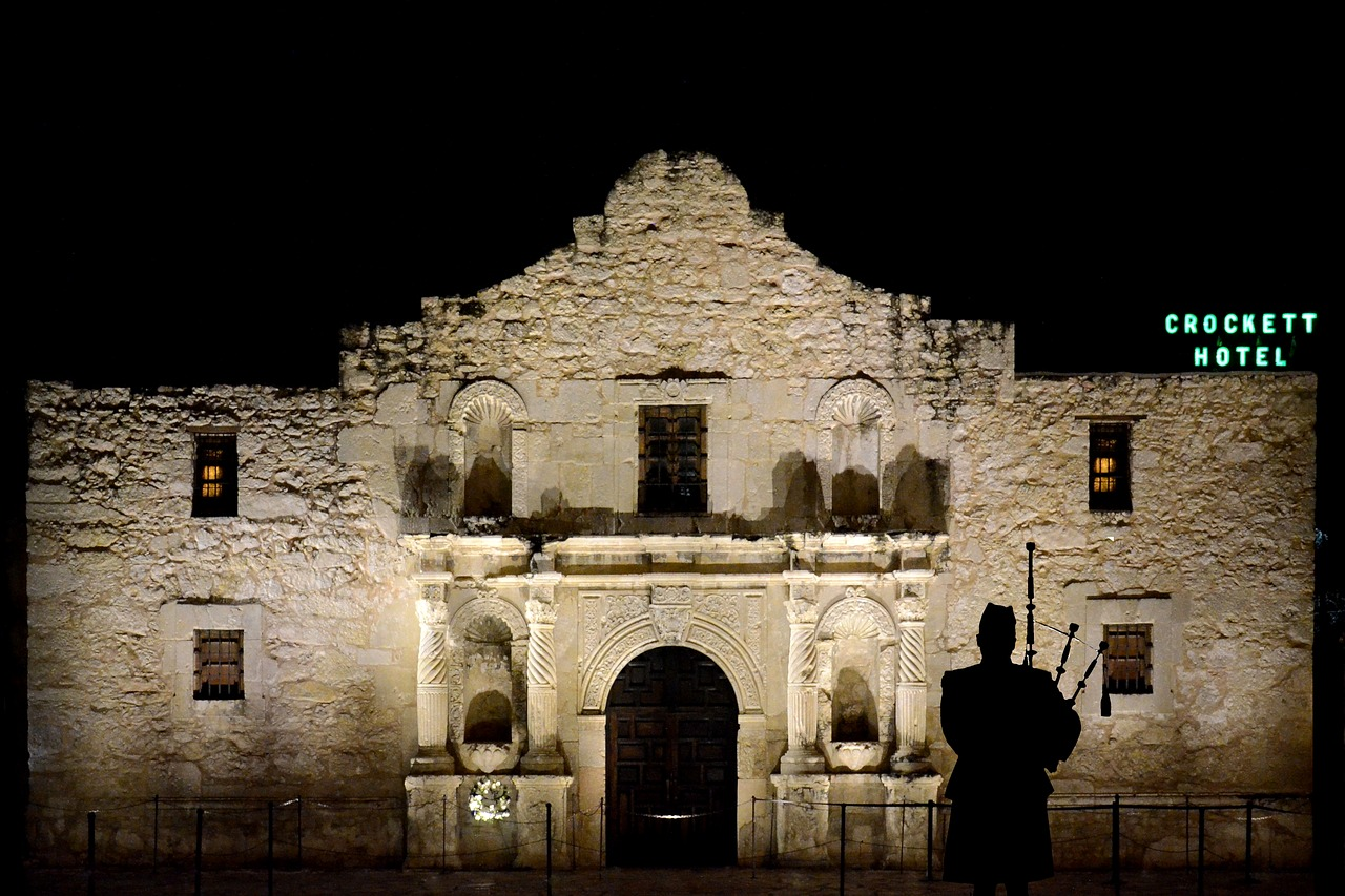alamo,bagpipes,piper,building,night,scotsman,silhouette,san antonio,texas,bagpipe,scottish,crockett,hotel,free pictures, free photos, free images, royalty free, free illustrations, public domain