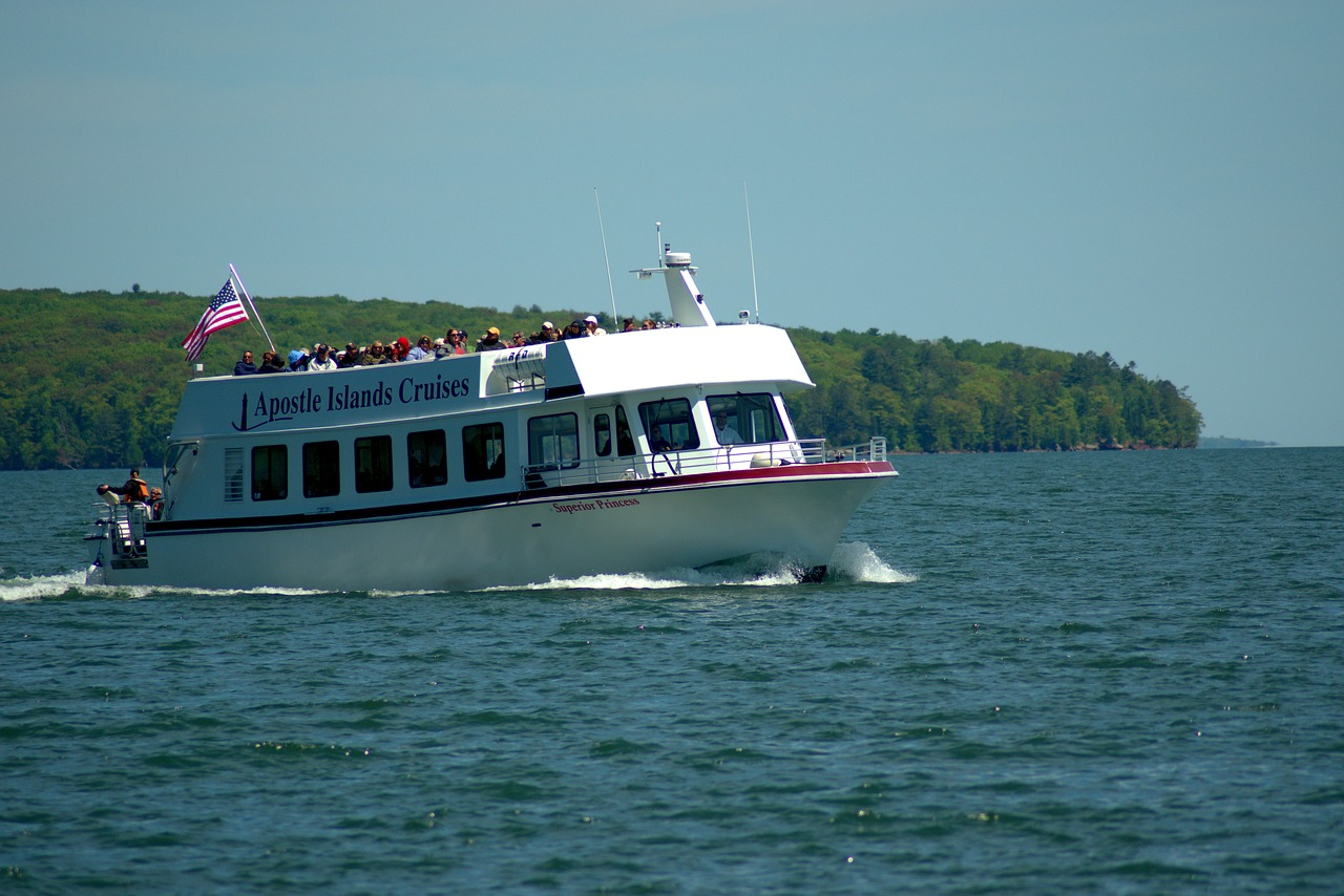 apostle islands tour boat  tour boat  three hour tour free photo