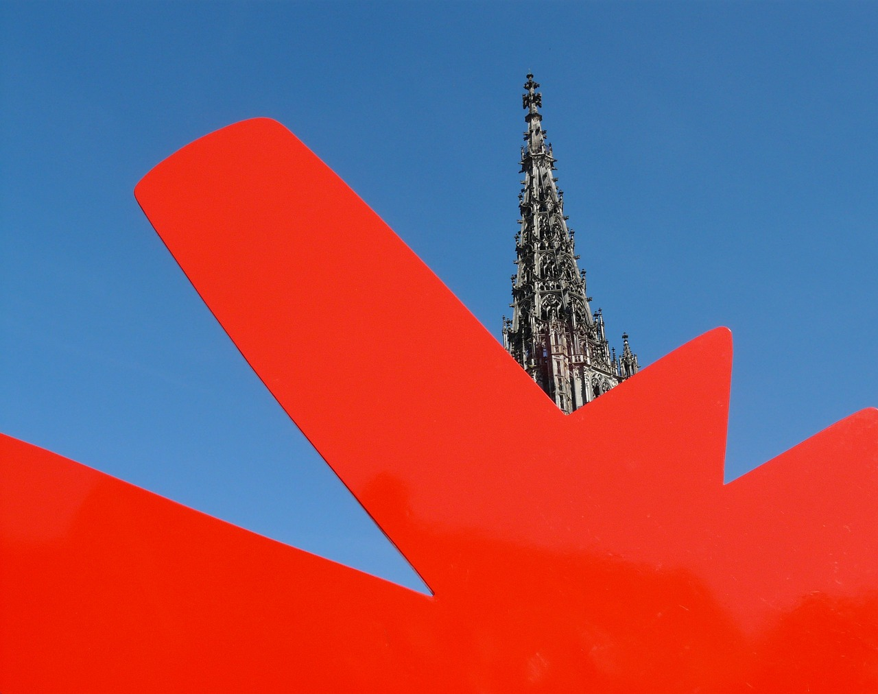 art,artwork,keith haring,red dog,ulm,ulm cathedral,münster,church,steeple,building,architecture,sky,blue,red,free pictures, free photos, free images, royalty free, free illustrations, public domain