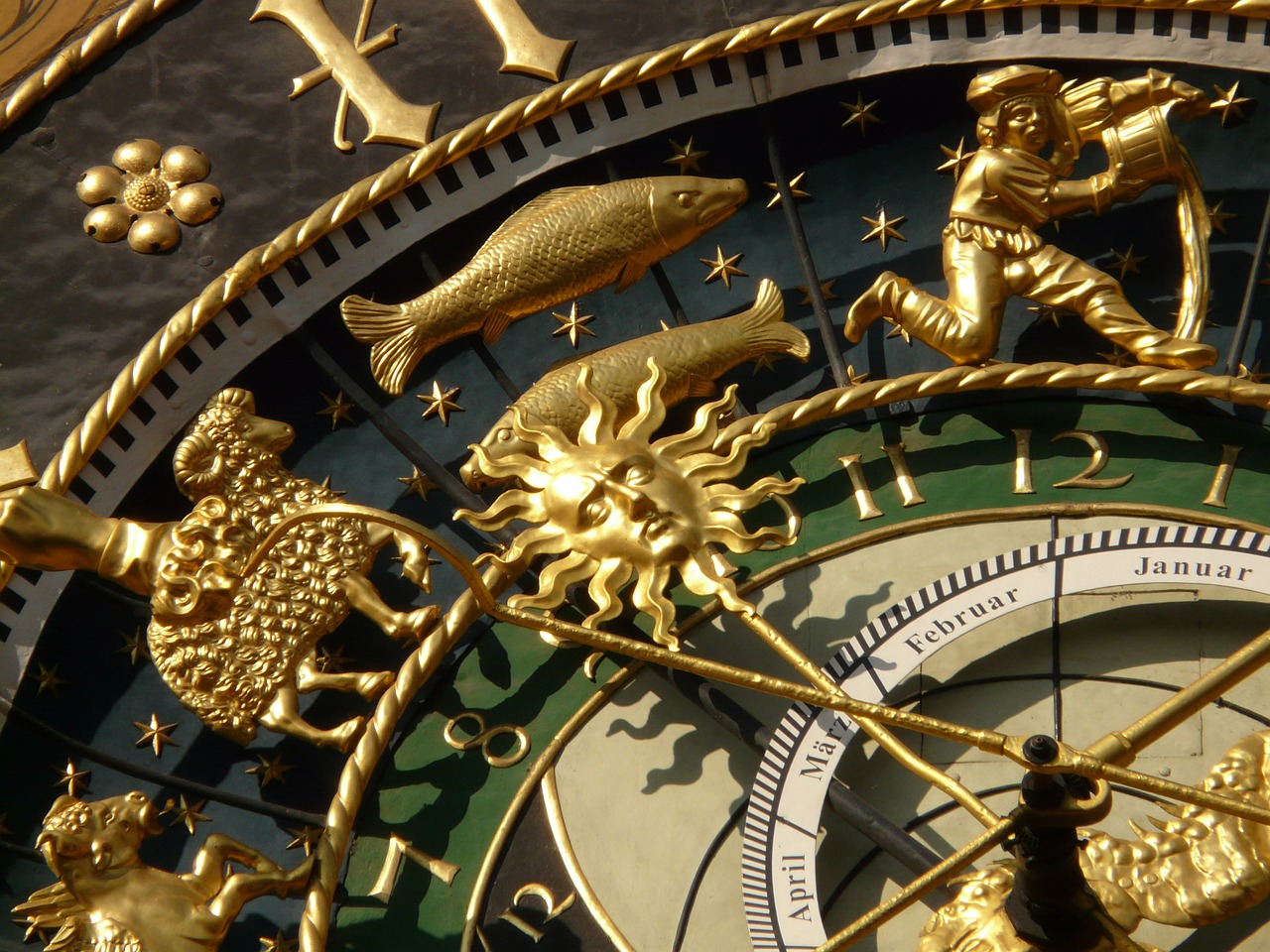 astronomical clock,clock,time,time of,date,day,month,year,zodiac,zodiac ring,isaak habrecht,moon phases,ulm,town hall,horology,watchmaker,dial,pointer,time indicating,seasons,macro,close,golden,gold,free pictures, free photos, free images, royalty free, free illustrations, public domain