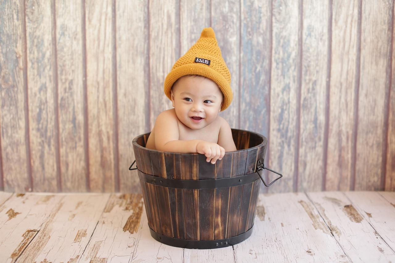 Baby, fun, shy, hat, wood box - free image from needpix.com