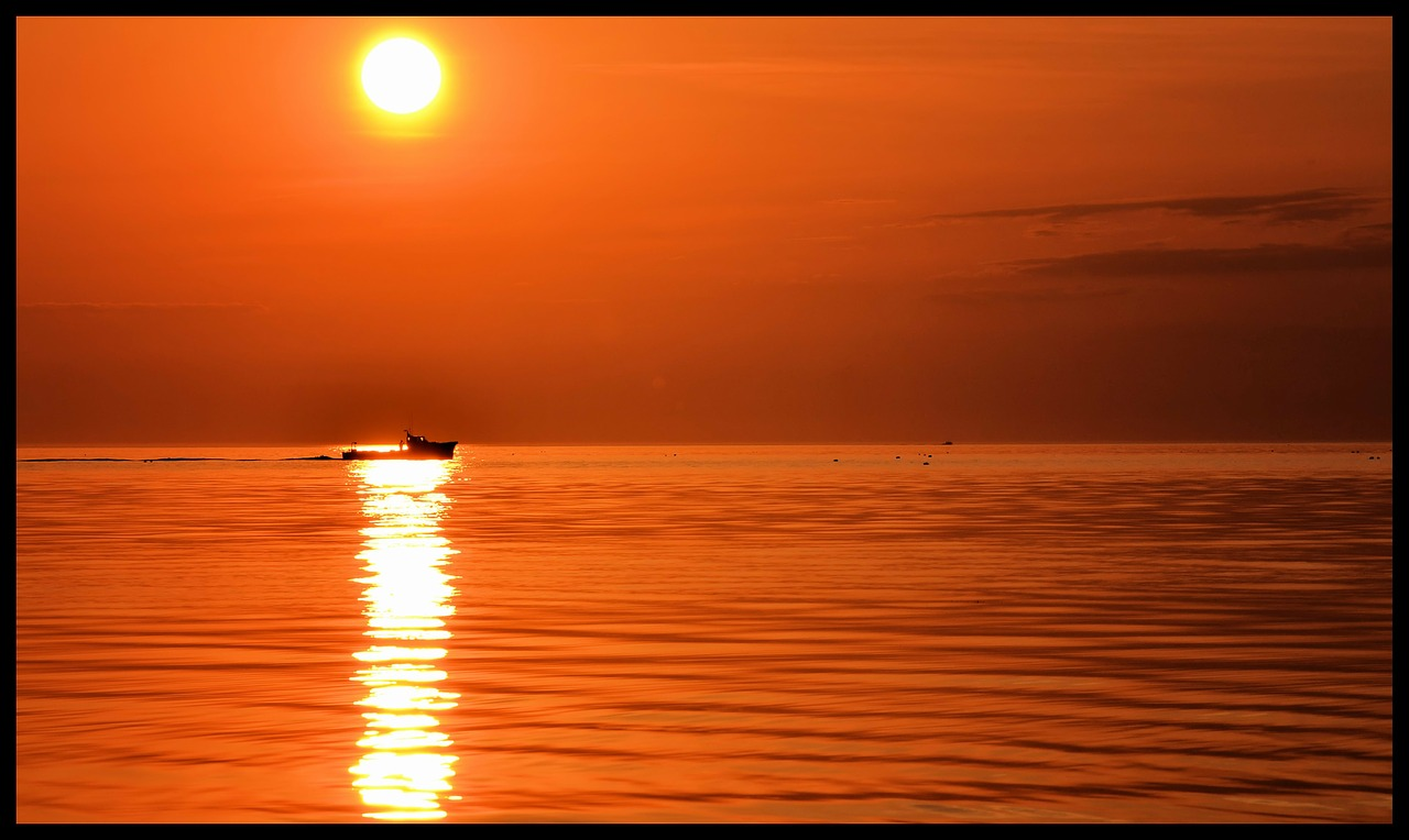 boat,sun,sunset,sea,ocean,water,beautiful,nice,sunrise,free pictures, free photos, free images, royalty free, free illustrations, public domain