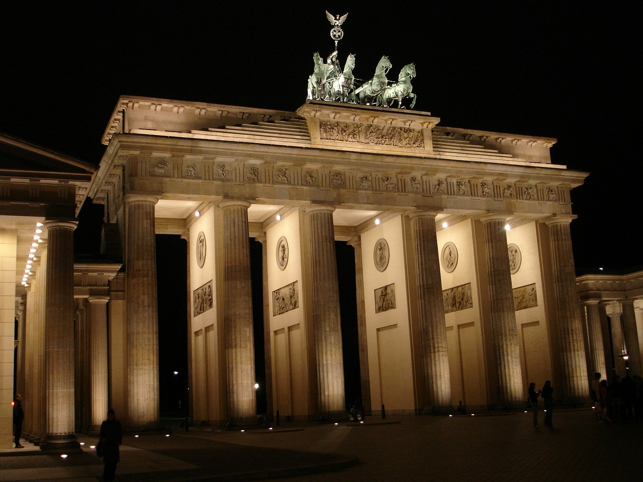 brandenburg gate,berlin,building,architecture,lighting,light,shadow,night,free pictures, free photos, free images, royalty free, free illustrations, public domain