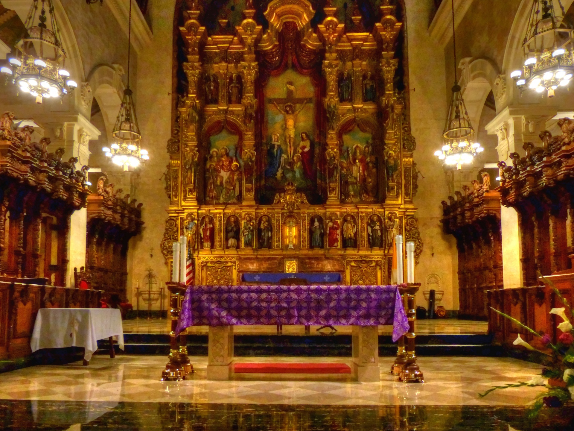 Altar,church,catholic church,ornate,purple draped - free image from  needpix.com