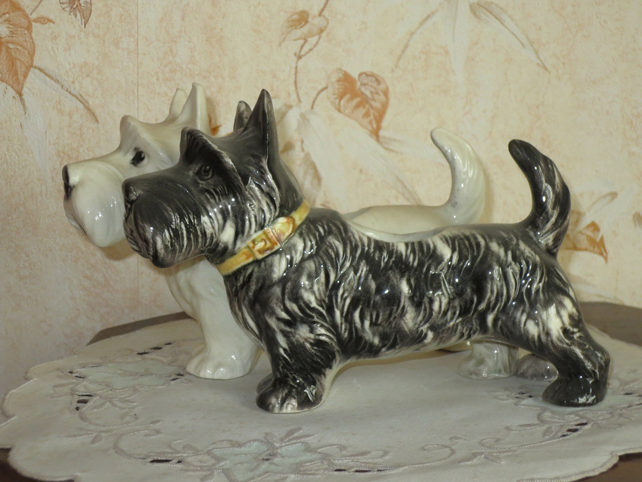 dogs,ceramic,statues,kitch,free pictures, free photos, free images, royalty free, free illustrations, public domain