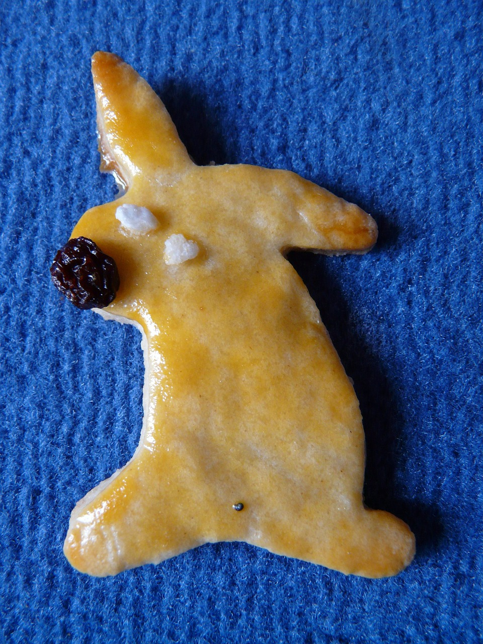 easter bunny,easter,easter cakes,hare,bake,dough,ausstecherle,recipe,oven,cookie,fine pastry,small cakes,biscuit,raisin,free pictures, free photos, free images, royalty free, free illustrations
