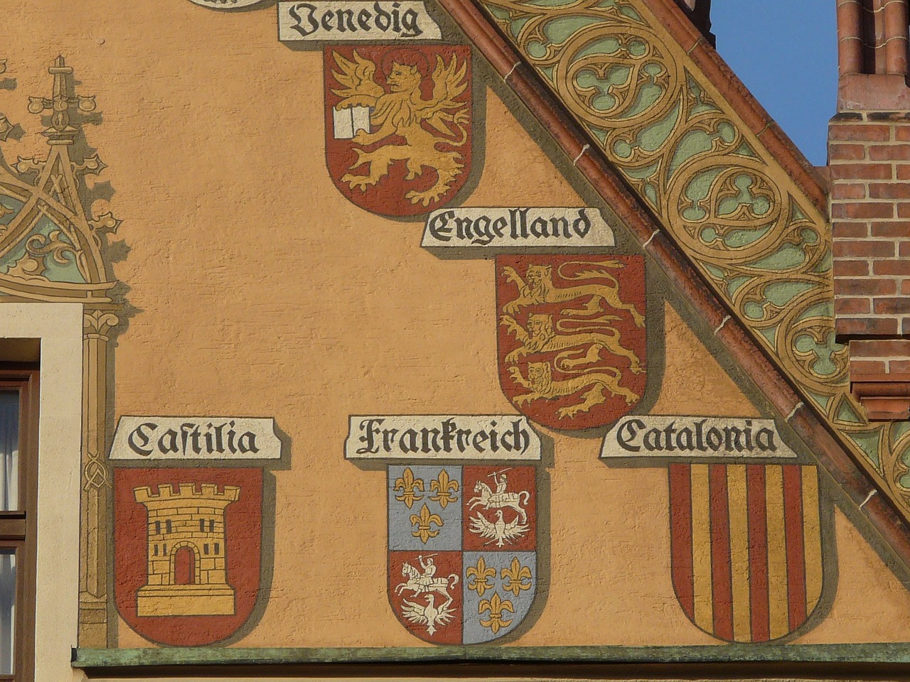 facade building coat of arms free photo
