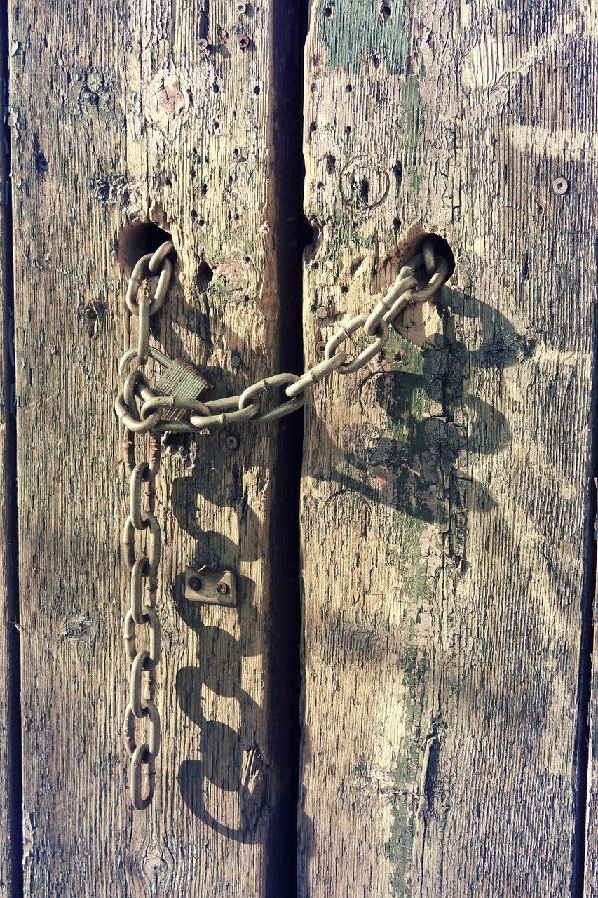 gate,architecture,chain,chains,metal,iron,lock,wood,wooden,paint,entrance,vintage,old,free pictures, free photos, free images, royalty free, free illustrations, public domain