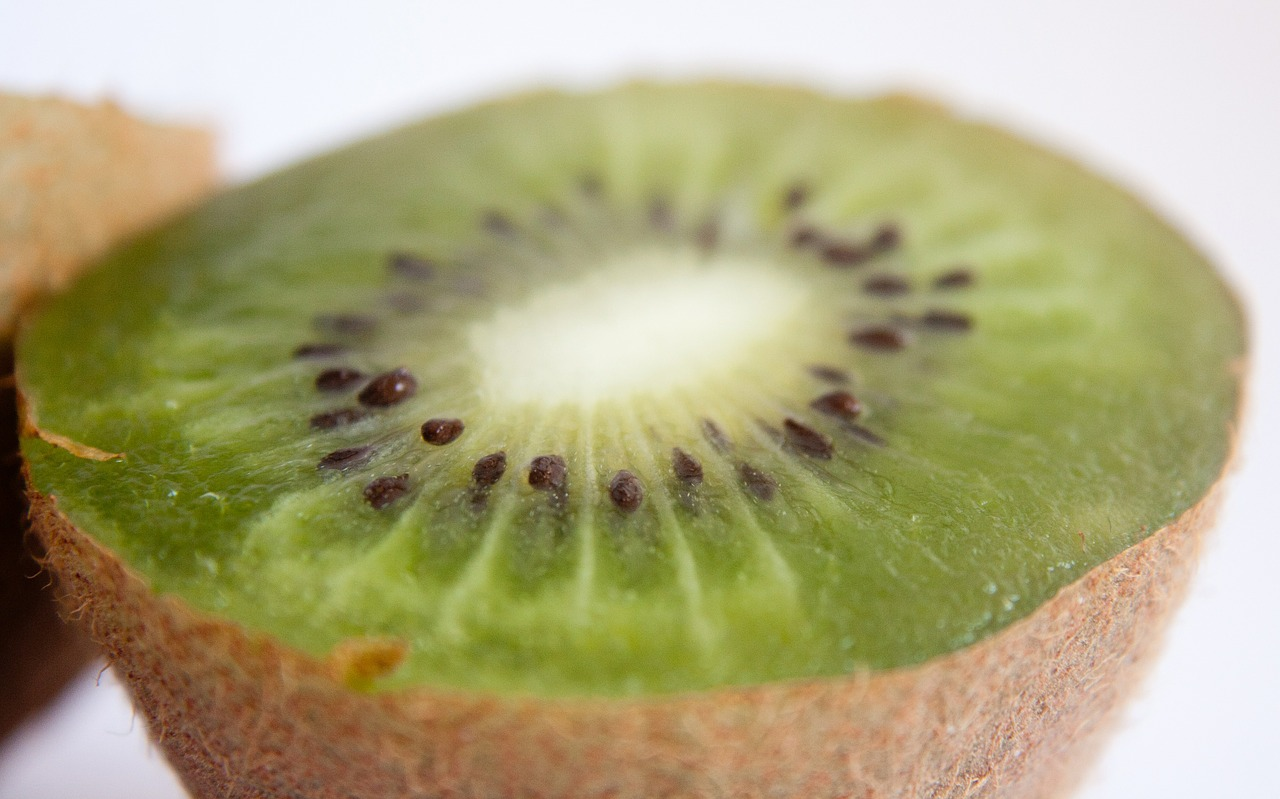 kiwi fruit cut free picture