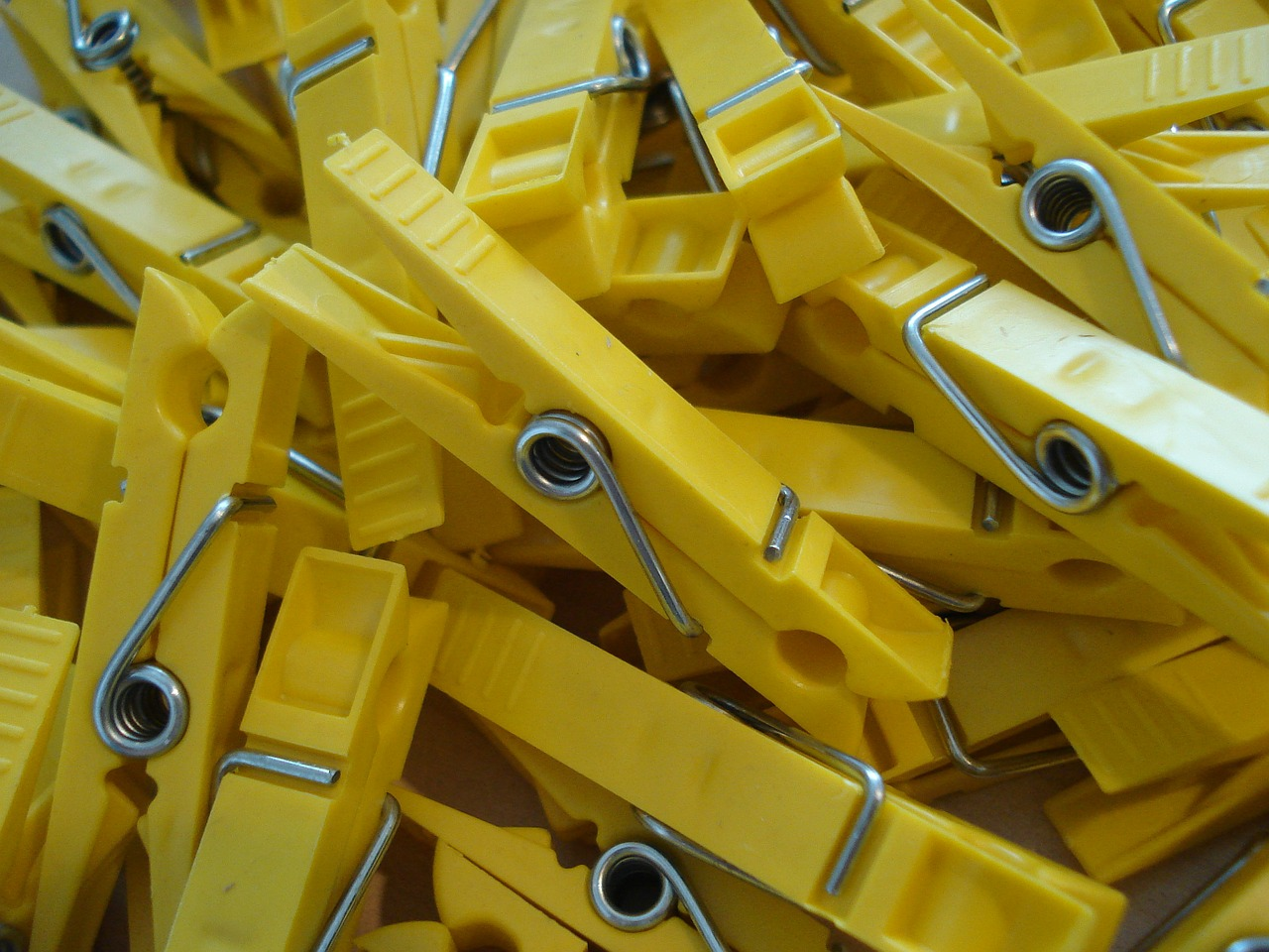 klamnmer yellow clothespins free photo