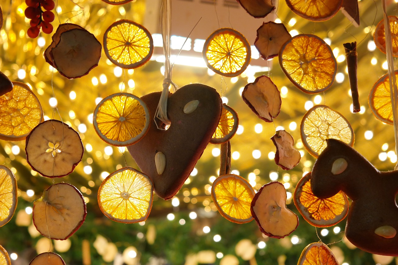 lemon slices,dried lemon slices,gingerbread heart,lemons,decoration,deco,christmas market,stand,bude,christmas,free pictures, free photos, free images, royalty free, free illustrations, public domain