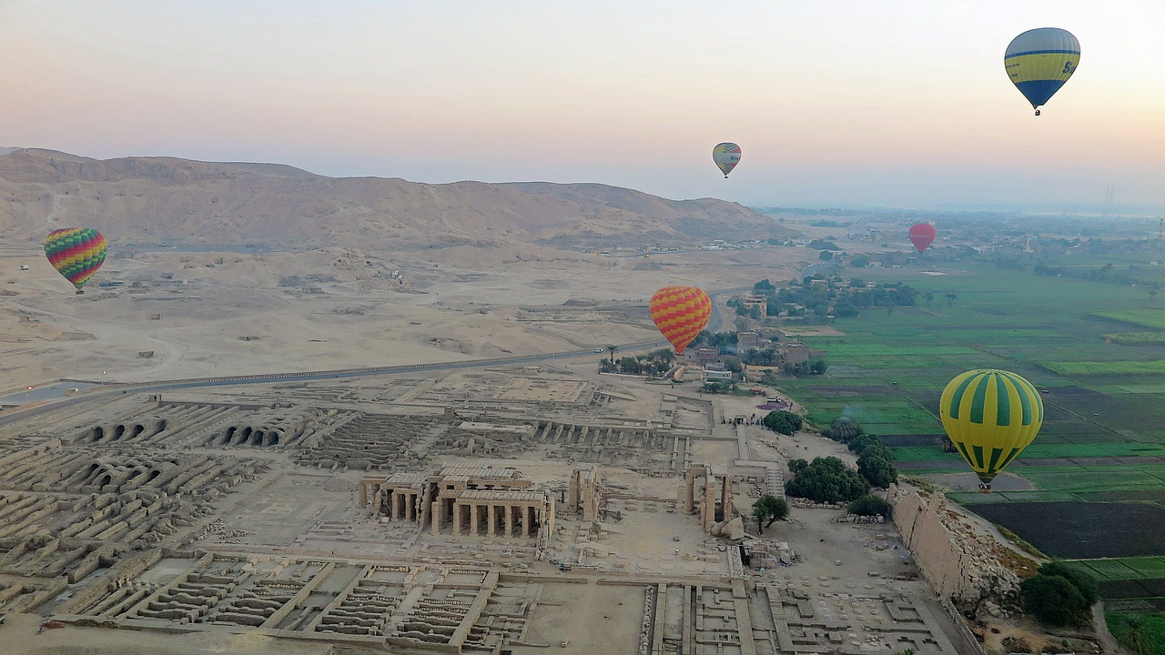 luxor,hot air balloons,nile,egypt,temple,valley of the kings,valley of the queens,egyptian,valley of the workers,valley of the nobles,ramses ii,pharaoh,free pictures, free photos, free images, royalty free, free illustrations, public domain