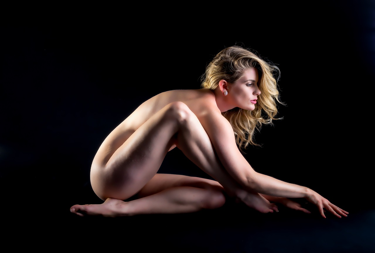 Naked women in sexy positions — photo 9