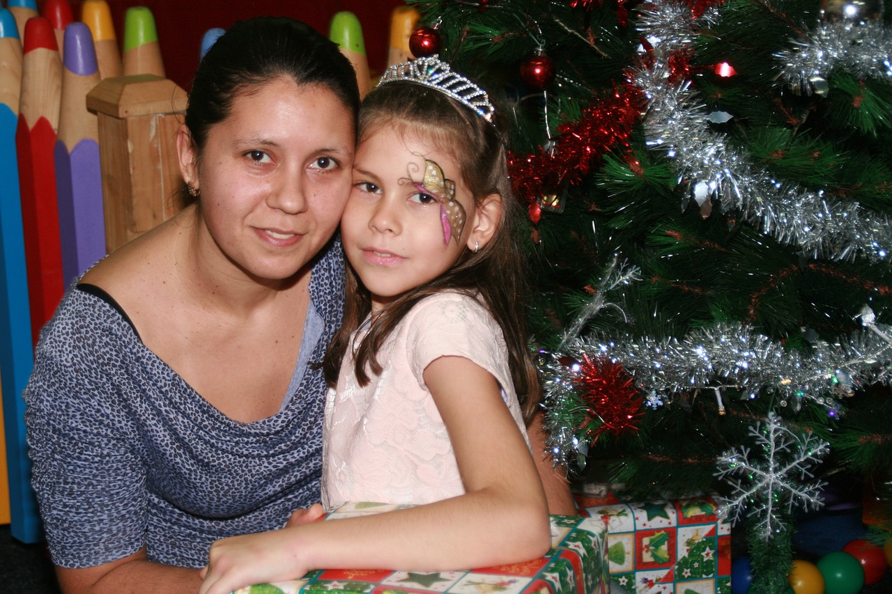 Mom,daughter,gift,christmas,christmas tree - free image from needpix.com