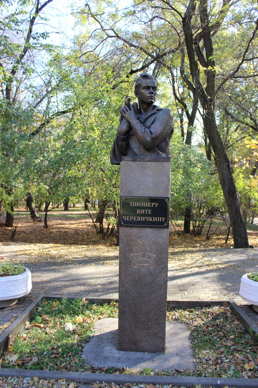 monument rostov park free photo