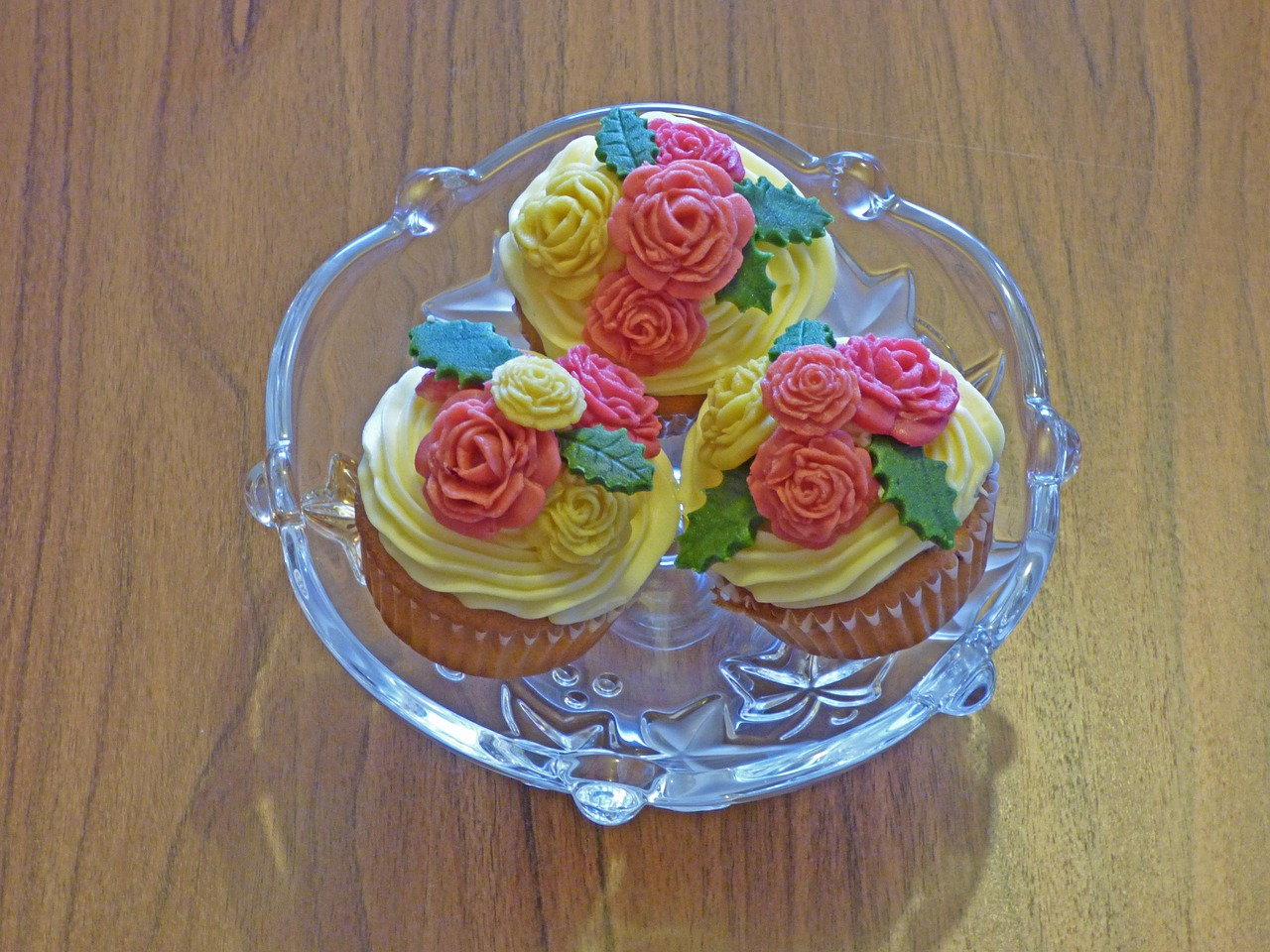 muffin,cupcakes,sweets,cakes,marzipan,ornamentation,confectioner's,sweet,cream,rose,florets,dessert,sugar,the formation of the,color,free pictures, free photos, free images, royalty free, free illustrations, public domain