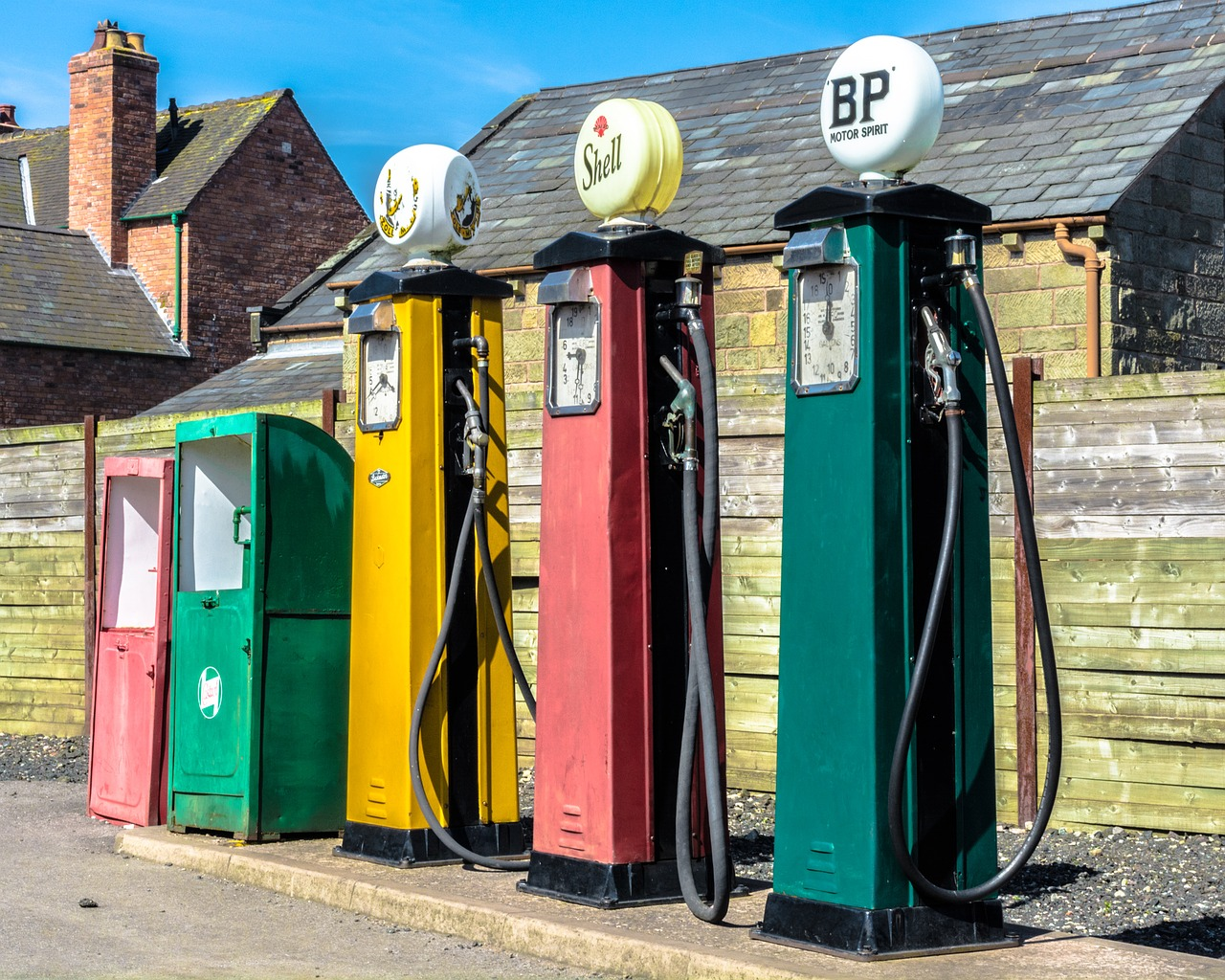 petrol pumps,petrol,retro,fuel,gasoline,transportation,petroleum,refill,refuel,free pictures, free photos, free images, royalty free, free illustrations, public domain