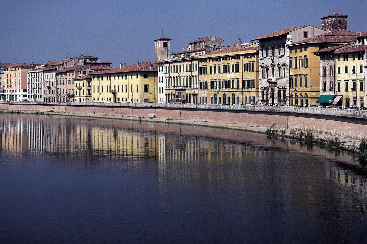 pisa,arno,italy,river,tuscany,homes,facades,townhouses,architecture,mirroring,reflection,scan,free pictures, free photos, free images, royalty free, free illustrations, public domain