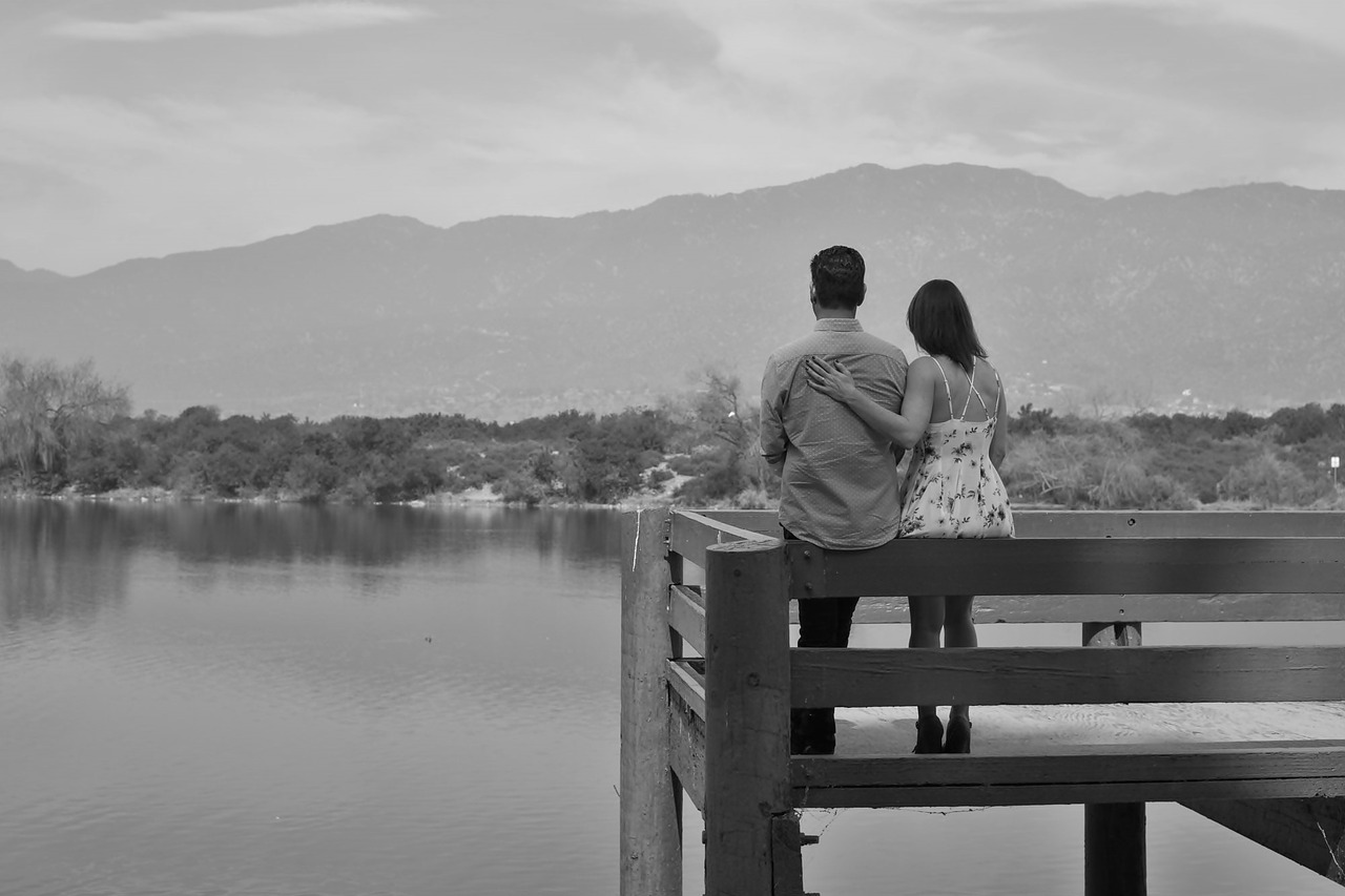 Black white pictures of romantic couples — pic 1