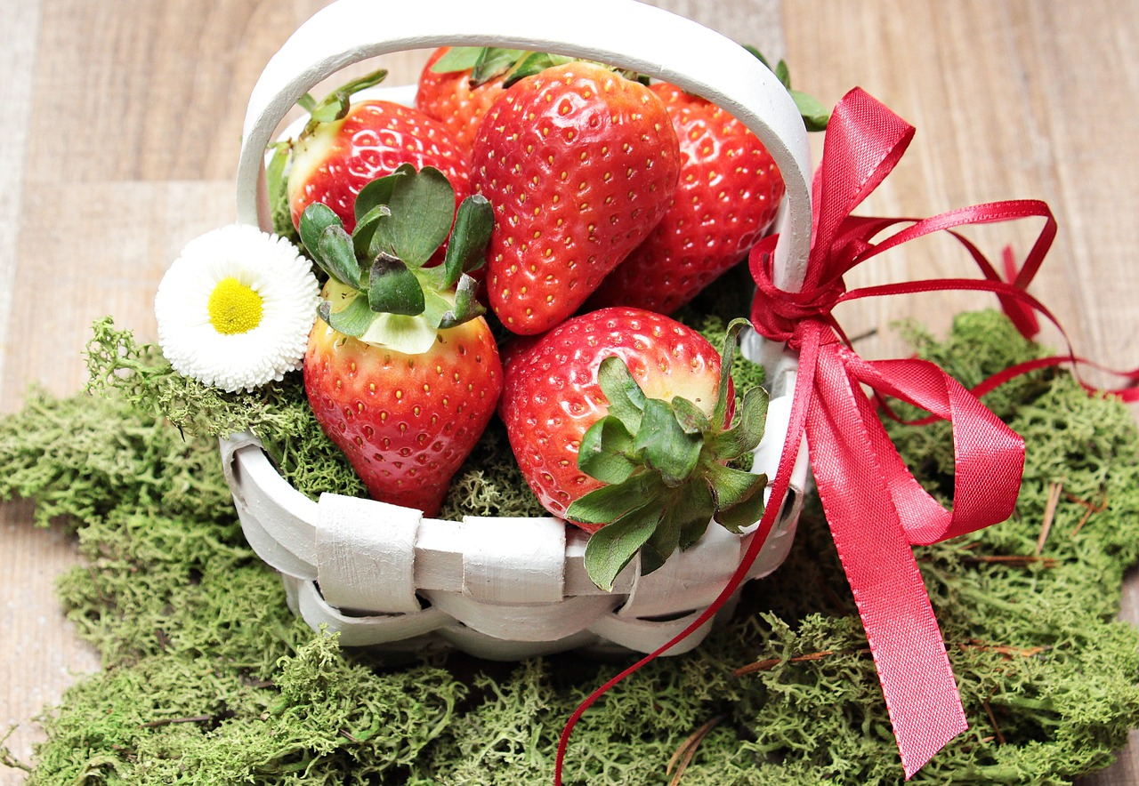 strawberries basket moss free photo