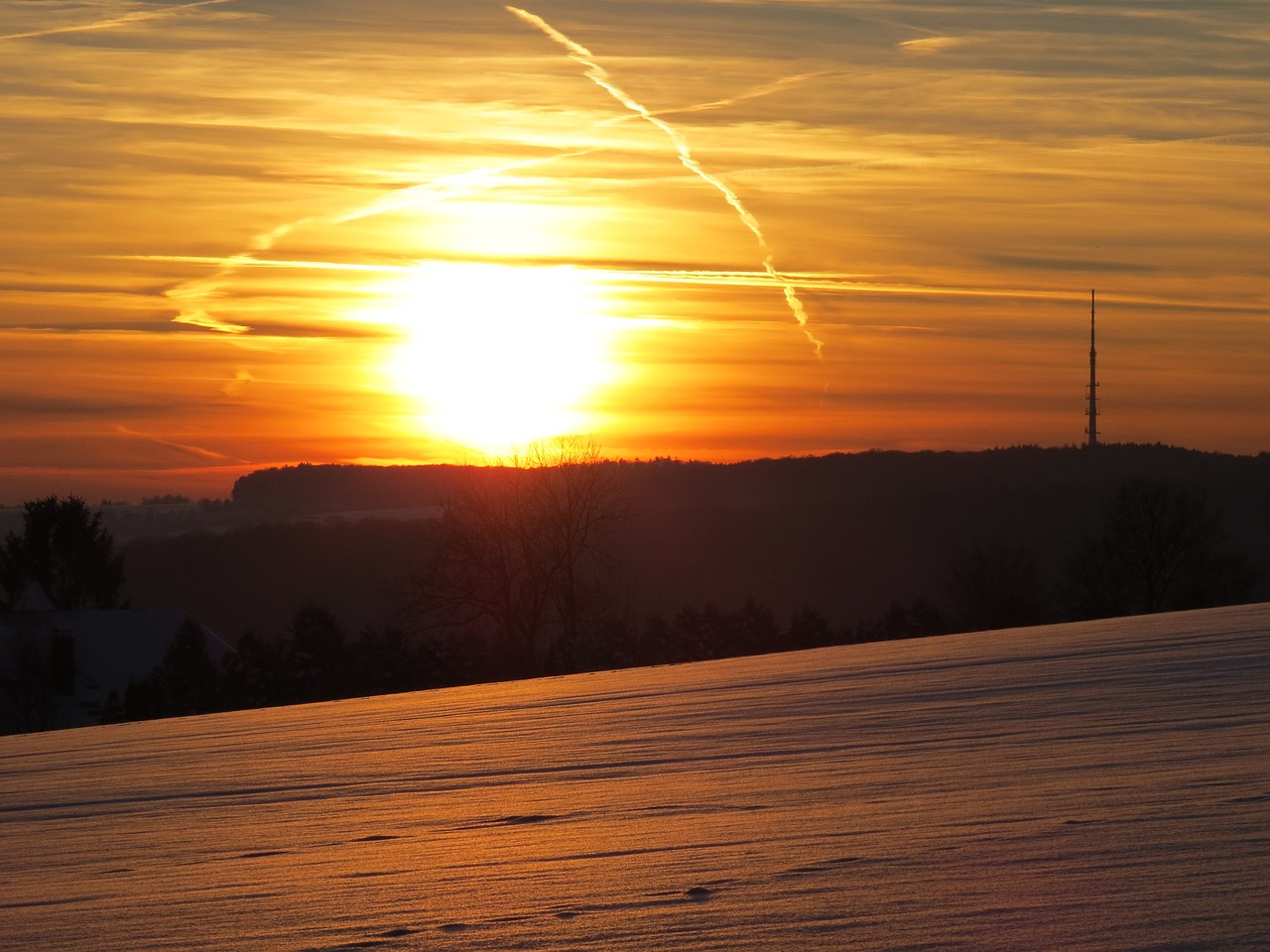 sunset,sun,sky,clouds,snow,golden,sparkle,snow landscape,ulm,eselsberg,radio tower,arnegg,contrail,free pictures, free photos, free images, royalty free, free illustrations, public domain