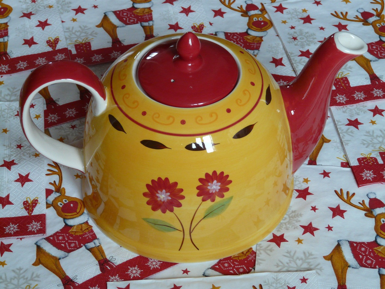 teapot,floral design,flowers,red lid,tee,porcelain,free pictures, free photos, free images, royalty free, free illustrations, public domain
