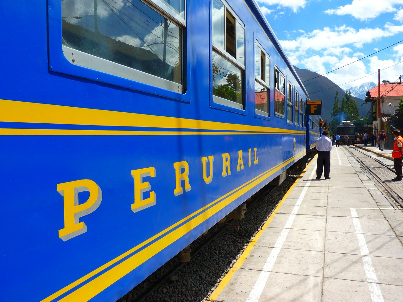 train,railway station,platform,rail tickets,andean railway,perurail,peru,machu picchu,free pictures, free photos, free images, royalty free, free illustrations, public domain