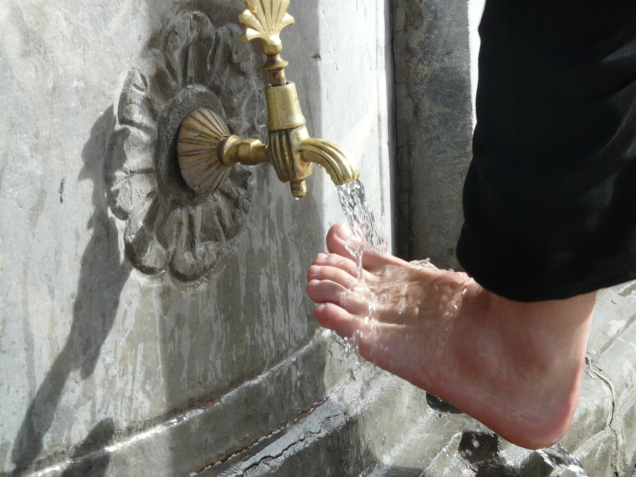 washing,ritual,foot care,washing feet,islam,water,foot,fountain,faucet,ten,gilded,free pictures, free photos, free images, royalty free, free illustrations, public domain