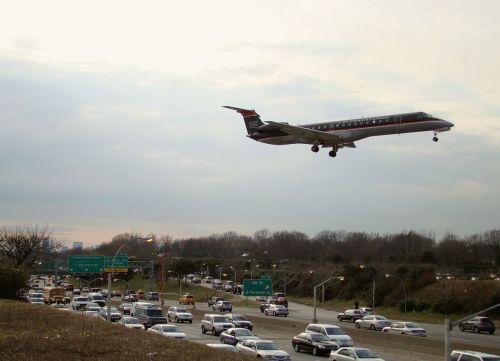 lėktuvas, orlaivis, nusileidimas, automobilis, gatvė, kelias, eismas, ženklas, vairuoja, skraidantis, miestas, eismas