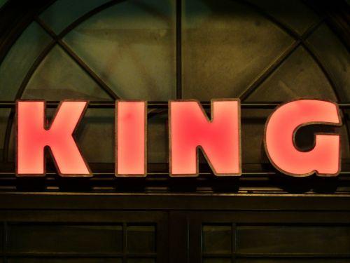 skelbimas,neoninis ženklas,karalius,skydas,reklaminis ženklas,raidės,klasikinis,raudona