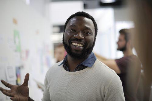 african descent,verslas,linksmas,kolegos,bendrovė,kūrybingas,idėjos,naujas verslas,biuras,žmonės,planą,pateikti,pristatymas,progresas,Rodyti,smulkus verslas,šypsosi,sprendimai,pradėti,paleidimo verslas,strategija,taikinys,komanda,komandinis darbas,regėjimas,darbas,darbo,darbo vieta,seminaras