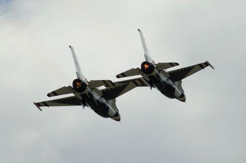 air show thunderbirds formation