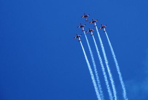 orlaivis,skristi,formavimas,dangus,skrajutė,kelionė,mėlynas,aviacija,lengvas orlaivis,sportinis orlaivis,kilti,propeleris,contrail,formavimo skrydis,Laisvas,Žiūrėti,pritraukimas,sunku,pavojingas,skrydis,oras,oro šou