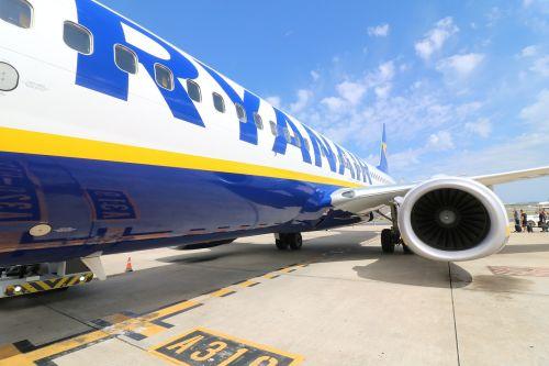 aircraft ryanair airport