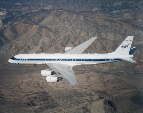 airplane flying dc 8