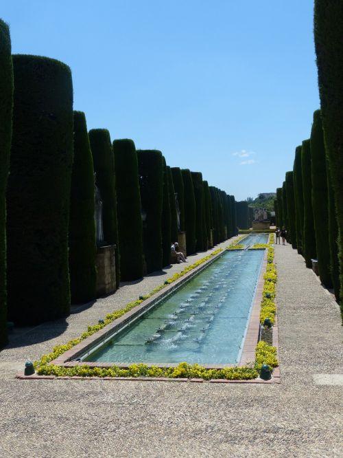 alcázar de los reyes cristianos park hedge planting