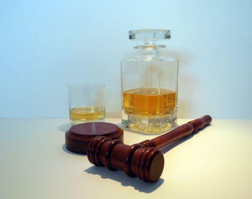 alkoholis,viskis,viskis,karajas,butelis,stiklas,brendis,gerti,baras,plaktukas,teismas,teisėjas,teisė,teisingumas
