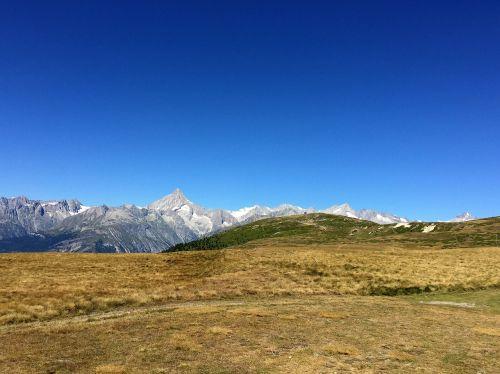 Alpių,Šveicarija,gamta,dangus,kraštovaizdis,mėlynas,kalnai,akmenys,pieva,laukas,geltona