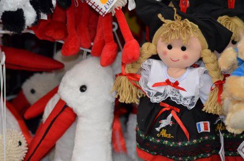Alsace,lėlės,Alsatijos lėlės,tradicinis kostiumas,france,gandras,atsiminimai,petite france,Strasbourg,laikyti,mažoji france,prekyba,žaislas,Kalėdų rinka,Kalėdos,ragdoll,pliuša gandra,alsatian,dovanos,pliušas,mergaičių žaislas