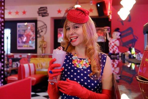 america  café  pin-up girl