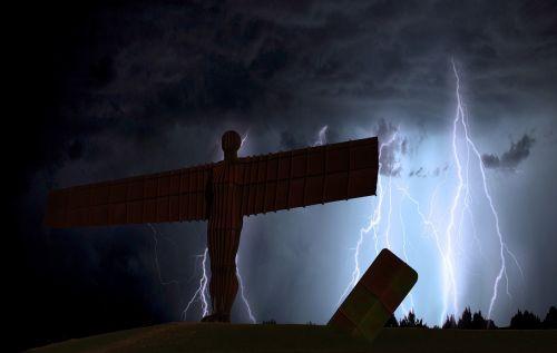 šiaurės angelas,gateshead,žaibas,tamsi,apokaliptinis,Newcastle,tynesidas,tyne,uk,paminklas,skulptūra,gormley,piktograma,orientyras