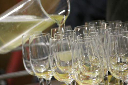 aperitif wine pour
