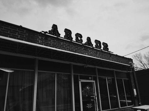 arcade,pastatas,įėjimas,langai,durys,dangus,debesys,Debesuota,juoda ir balta