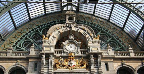 architecture concourse clock