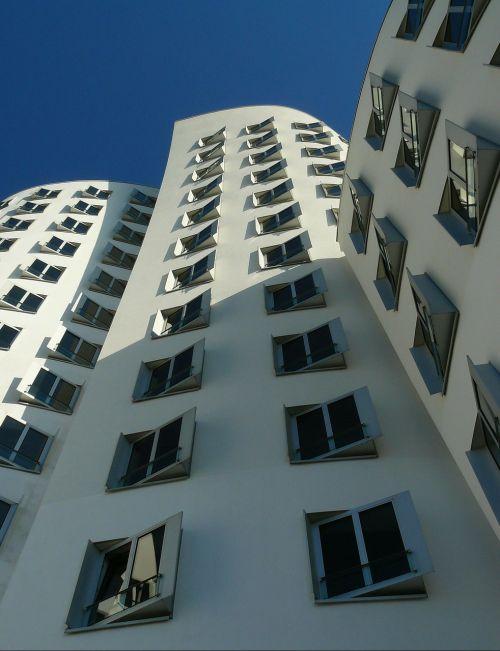 architektūra,pastatas,Vokietija,namai,fasadas,dangoraižis,šiuolaikiška,langas,dizainas,aukštas,stiklo langas,priekinis langas,dangus,mėlynas,miestas,eilių namai,statyba,Diuseldorfas,moderni architektūra,šviesa,šešėlis,perspektyva