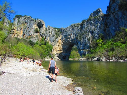 ardèche,upė,kraštovaizdis,ramus,ardeche tarpeklis,lanko tiltas,žalias,vasara,tyli vieta,šventė,vandens Kraštas,į pietus,medžiai,france,vasaros atostogos,gamta,vandens telkiniai,vanduo,apmąstymai