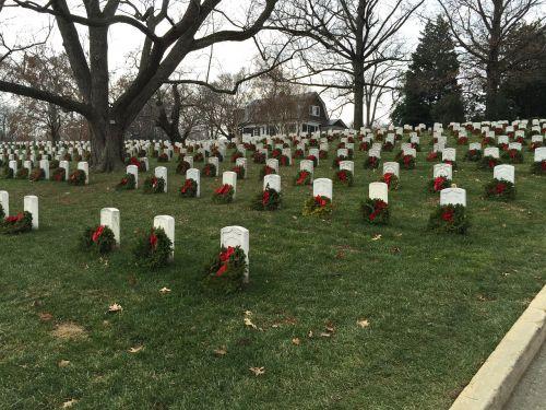 arlington cemetery graves with wreaths