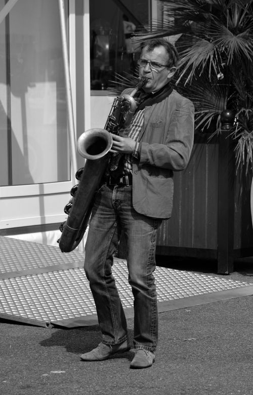 artist saxophone black and white