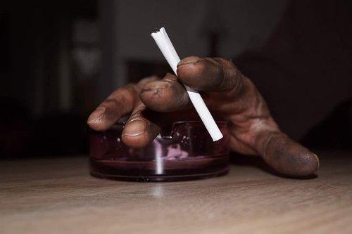 peleninė, ranka, cigarečių, cigarečių, nuorūkos, rūkyti, Iš arti, tabakas, darbuotojai ranka, purvinas ranka, po darbo, pertrauka