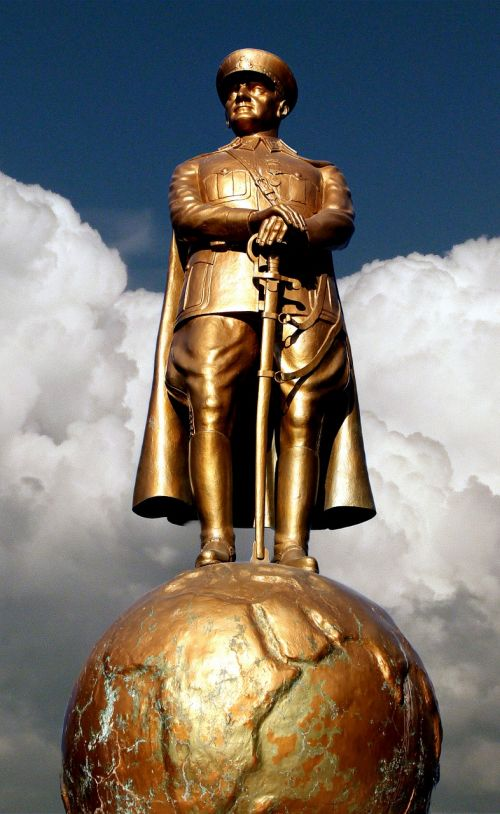 atatürk sculpture golden